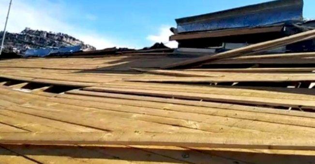 Mersin'de öğrenci yurdunun çatısı uçtu